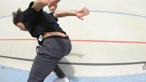 El hombre de Breakdancer hace tirones en un estadio almacen de video