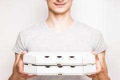 El hombre de entrega de la pizza sostiene dos cajas Imagen de archivo