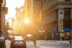 El hombre de entrega monta la bici abajo de las calles de New York City con t Imagen de archivo