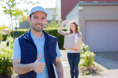 El hombre de entrega tiene éxito durante su entrega Fotografía de archivo libre de regalías