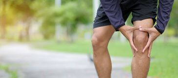 el hombre de la aptitud que lleva a cabo su lesión de los deportes, muscle doloroso durante el entrenamiento imagenes de archivo