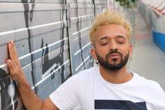 El hombre de la cadera del Afro con los ojos se cerró al aire libre fotografía de archivo libre de regalías