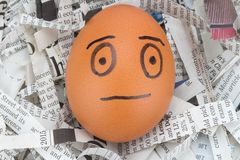 el hombre de la cara del huevo en los periódicos recicla Imagenes de archivo