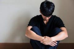 el hombre de la depresión y de la tensión se sienta y llora Foto de archivo libre de regalías