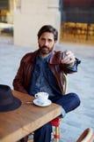 El hombre de la Edad Media para pagar la cuenta en el café Imagenes de archivo