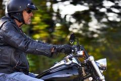 El hombre de la moto tiene libertad Imágenes de archivo libres de regalías