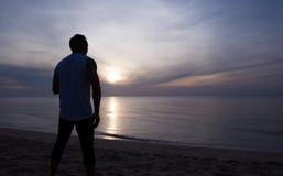 El hombre de la silueta se coloca en la salida del sol Foto de archivo