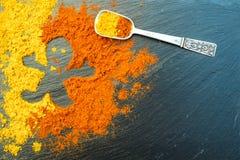 El hombre de las especias curry y la pimienta pimienta muestran como fondo de la oscuridad del signagainst Como concepto Concepto Fotos de archivo