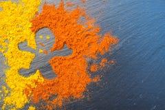 El hombre de las especias curry y la pimienta pimienta muestran como fondo de la oscuridad del signagainst Como concepto Concepto Imagenes de archivo
