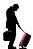 El hombre de las hojas de ruta (traveler) de asunto cansó con la maleta Foto de archivo