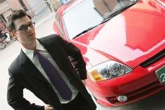 El hombre de las ventas del coche Imagen de archivo