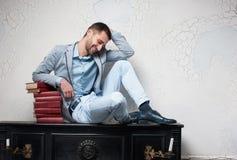 El hombre de letras joven está en la meditación Fotos de archivo