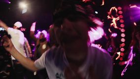 El hombre de Mc se realiza en etapa con el grupo de muchachos en etapa en club nocturno aclamación Partido almacen de metraje de vídeo
