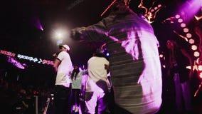 El hombre de Mc se realiza en etapa con el grupo de muchachos en partido en club nocturno aclamación etapa almacen de video