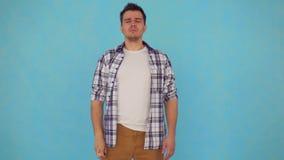 El hombre de mediana edad del retrato en una camisa tiene problemas de la congesti?n nasal espray de nariz de las aplicaciones almacen de video