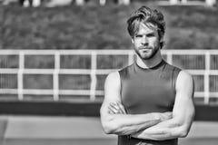 El hombre de moda hermoso tiene pelo elegante en la ropa de deportes, deporte f Fotografía de archivo
