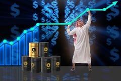 El hombre de negocios árabe en concepto del negocio del precio del petróleo Imagen de archivo libre de regalías
