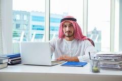 El hombre de negocios árabe que trabaja en la oficina imagen de archivo libre de regalías