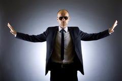 El hombre de negocios acertado con los brazos se abre Imagenes de archivo