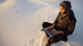 El hombre de negocios acertado de Emirati lee el plan empresarial y se sienta en w fotos de archivo
