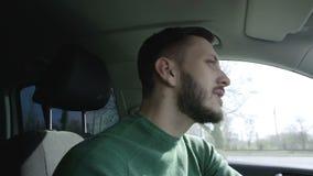 El hombre de negocios acertado está conduciendo un coche almacen de video