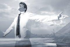 El hombre de negocios acertado feliz aumentó los brazos con el cielo en el backgr Fotos de archivo libres de regalías
