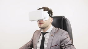 El hombre de negocios acertado joven pone gafas de la realidad virtual almacen de video