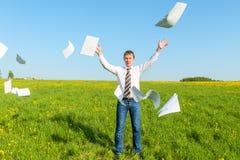 El hombre de negocios acertado lanzó los papeles imagen de archivo libre de regalías