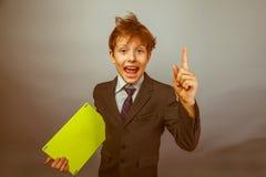 El hombre de negocios adolescente del muchacho en un traje aumentó su finger Fotos de archivo