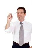El hombre de negocios adulto sonriente escribe con el copyspace aislado pluma roja Imagen de archivo libre de regalías