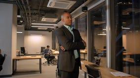 El hombre de negocios afroamericano es nuevo propietario de negocio que se coloca con confianza de sensación metrajes