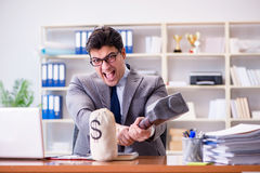 El hombre de negocios agresivo enojado en la oficina Fotos de archivo libres de regalías