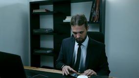 El hombre de negocios agresivo mira en el teléfono y jura adentro la oficina, cámara lenta metrajes