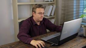 El hombre de negocios ahorra los datos en memoria USB, conectando memoria USB con el ordenador portátil almacen de metraje de vídeo