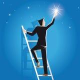 El hombre de negocios alcanza éxito en la escalera a las estrellas Foto de archivo