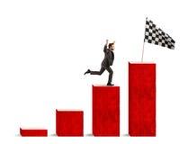 El hombre de negocios alcanza gloria en una escala estadística Imagen de archivo libre de regalías