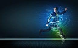 El hombre de negocios alegre talentoso que salta con energía que brilla intensamente alinea Fotos de archivo