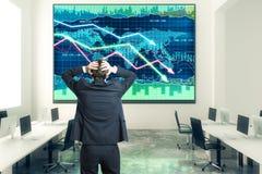 El hombre de negocios ase la cabeza en oficina del espacio abierto con el negocio ch Imagenes de archivo