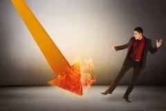 El hombre de negocios asiático chocado tiene ver ventas abajo Imagen de archivo