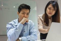 El hombre de negocios asiático siente molestado con el trabajo imagen de archivo libre de regalías