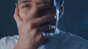 El hombre de negocios asustado es asustado y asustado cubre su cara con la mano almacen de metraje de vídeo