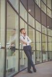 El hombre de negocios atractivo con la barba está llevando las ligas Foto de archivo libre de regalías