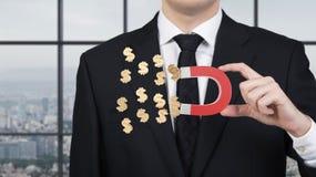 El hombre de negocios atrae símbolo del dólar Imágenes de archivo libres de regalías