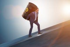 El hombre de negocios bajo carga del barril de aceite Foto de archivo libre de regalías