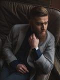 El hombre de negocios barbudo atractivo está decidiendo la pregunta seria Fotos de archivo