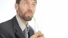 El hombre de negocios barbudo bebe el smoothie del detox, concepto sano de la forma de vida cóctel de la verdura y de la fruta 4K almacen de video