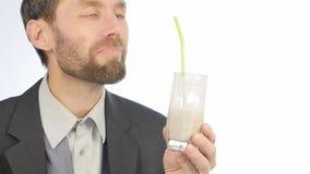 El hombre de negocios barbudo bebe el smoothie del detox, concepto sano de la forma de vida cóctel de la verdura y de la fruta 4K metrajes