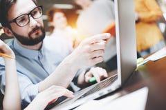 El hombre de negocios barbudo dice un nuevo plan de lanzamiento a los colegas Discusión de la idea del negocio Combine el trabajo Imagenes de archivo