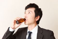 El hombre de negocios bebe la bebida de la vitamina Imágenes de archivo libres de regalías