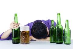 El hombre de negocios borracho bebe la cerveza imagenes de archivo